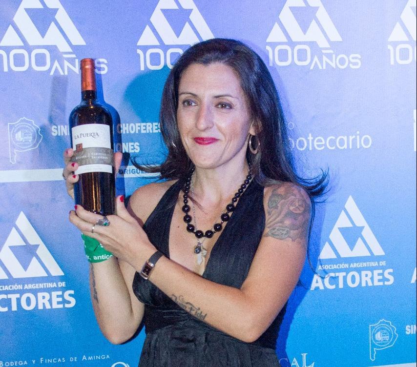 Lola Berthet junto a los vinos de Valle de La Puerta celebró los 100 de la Asociación Argentina de Actores