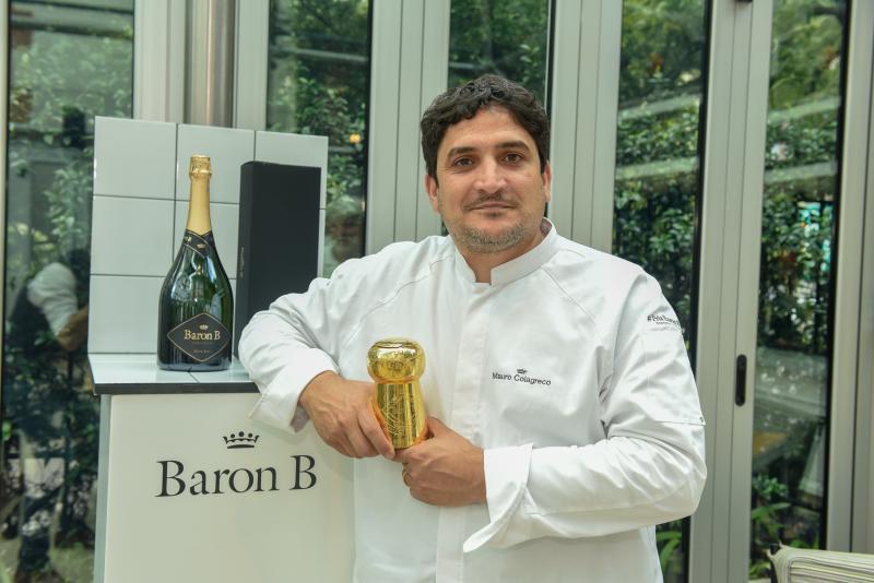 Mauro Colagreco junto con el Un corcho Prix Cuisine tallado por Juan Carlos Pallarols como reconocimiento a su trayectoria