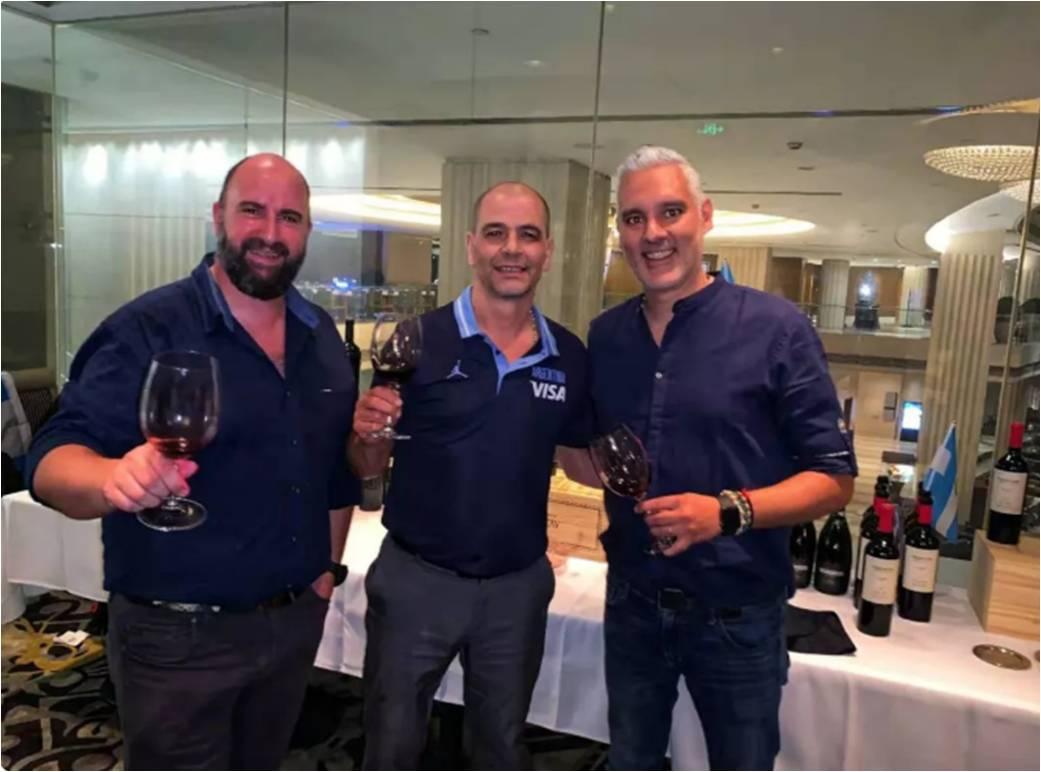 Al finalizar la ronda de entrevistas, los jugadores y el personal del equipo de baloncesto masculino argentino se reunieron a celebrar en el Morton Steak House en Beijing en una cena especial y todo el equipo brindó con vinos argentinos de Grupo Peñaflor.